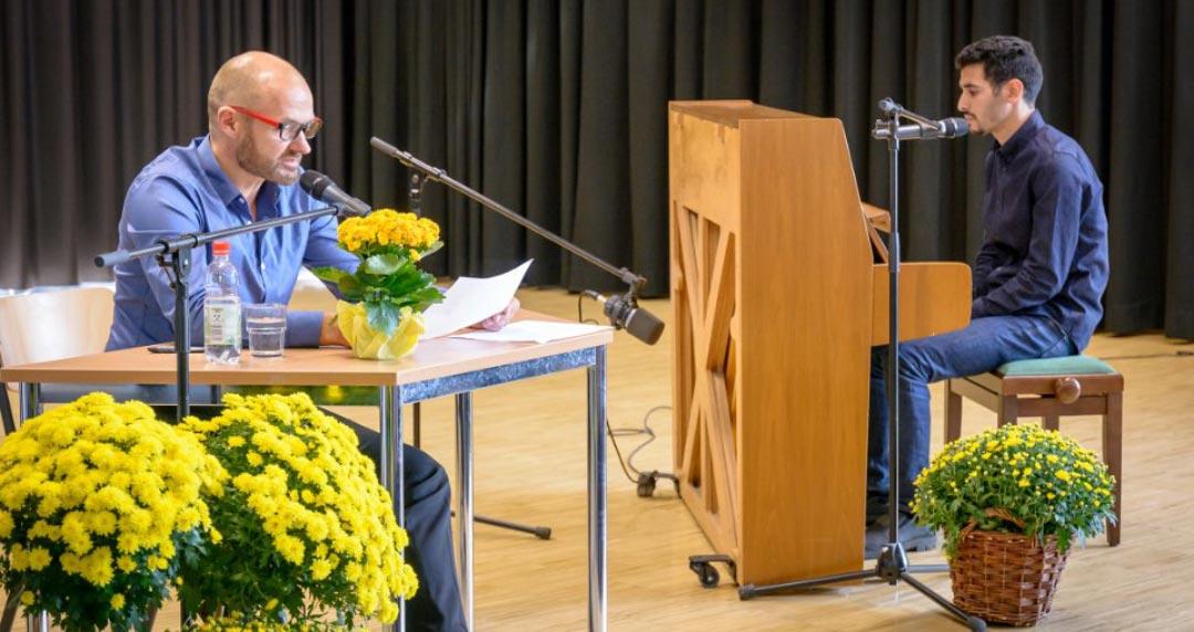 Ariel Hauptmeier (links) bei der Lesung des Buches im Gymnasium Bleckede (Foto: Jürgen Plümer)